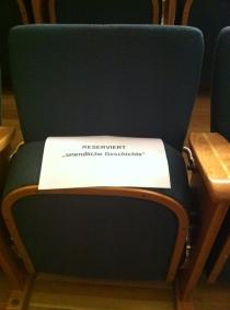 Zettel am Sitz: Reserviert für Unendliche Geschichte