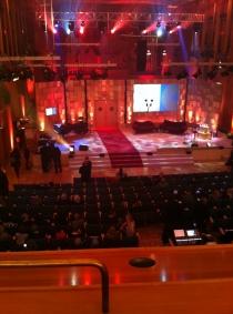 Blick von der Empore auf die Vorbereitungen auf der Bühne