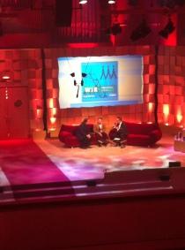 """Die Preisträger für """"Wir"""" mit Alsmann auf dem roten Sofa"""