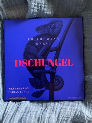 """Hörbuch """"Dschungel' von Friedemann Karig mit einem Chamäleon auf dem knallblauen Cover"""
